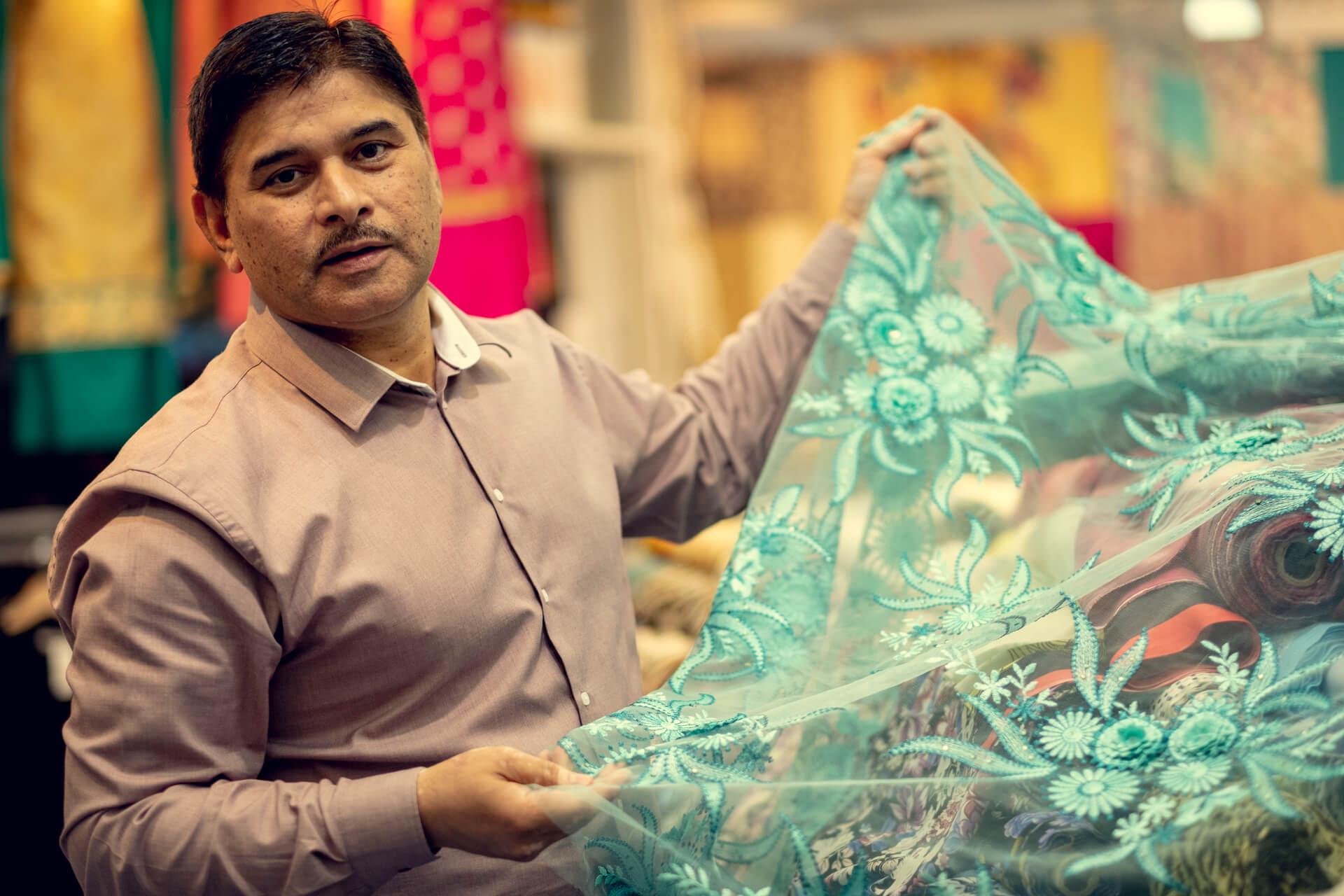 Sheikh´s Fashion fargerike stoff på Grønland Torg
