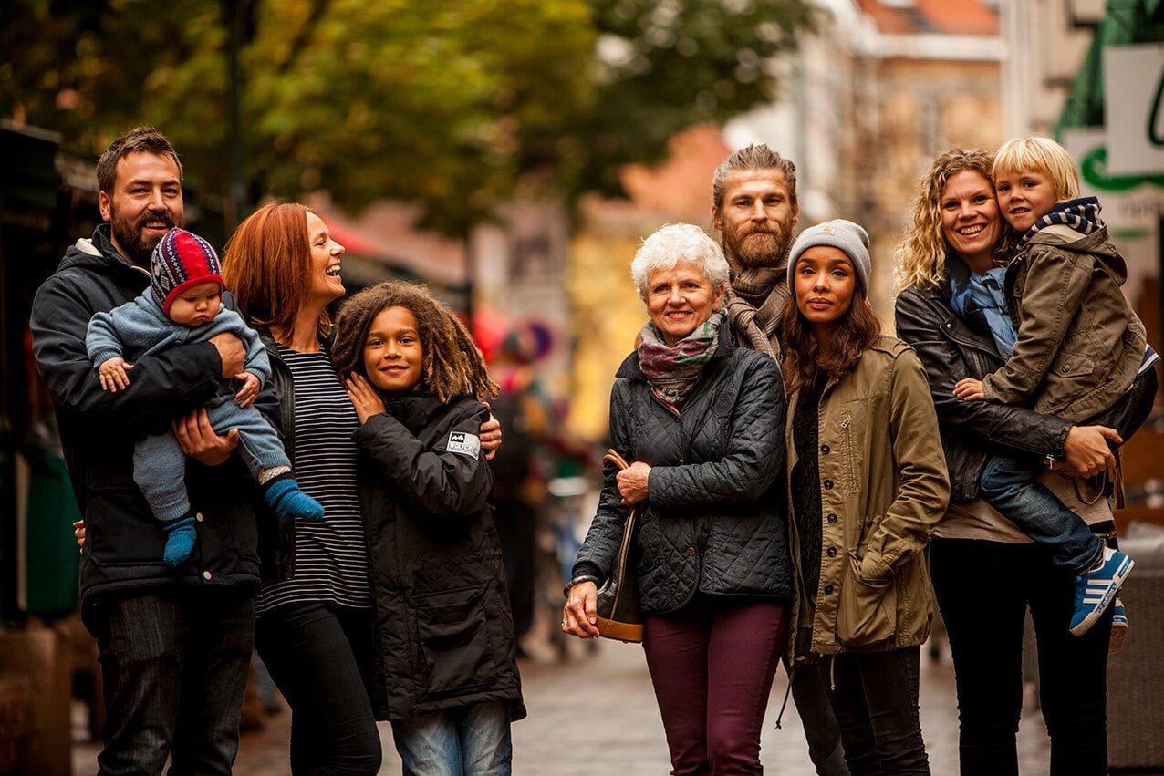 Smilende mennensker på Grønland Torg Oslo