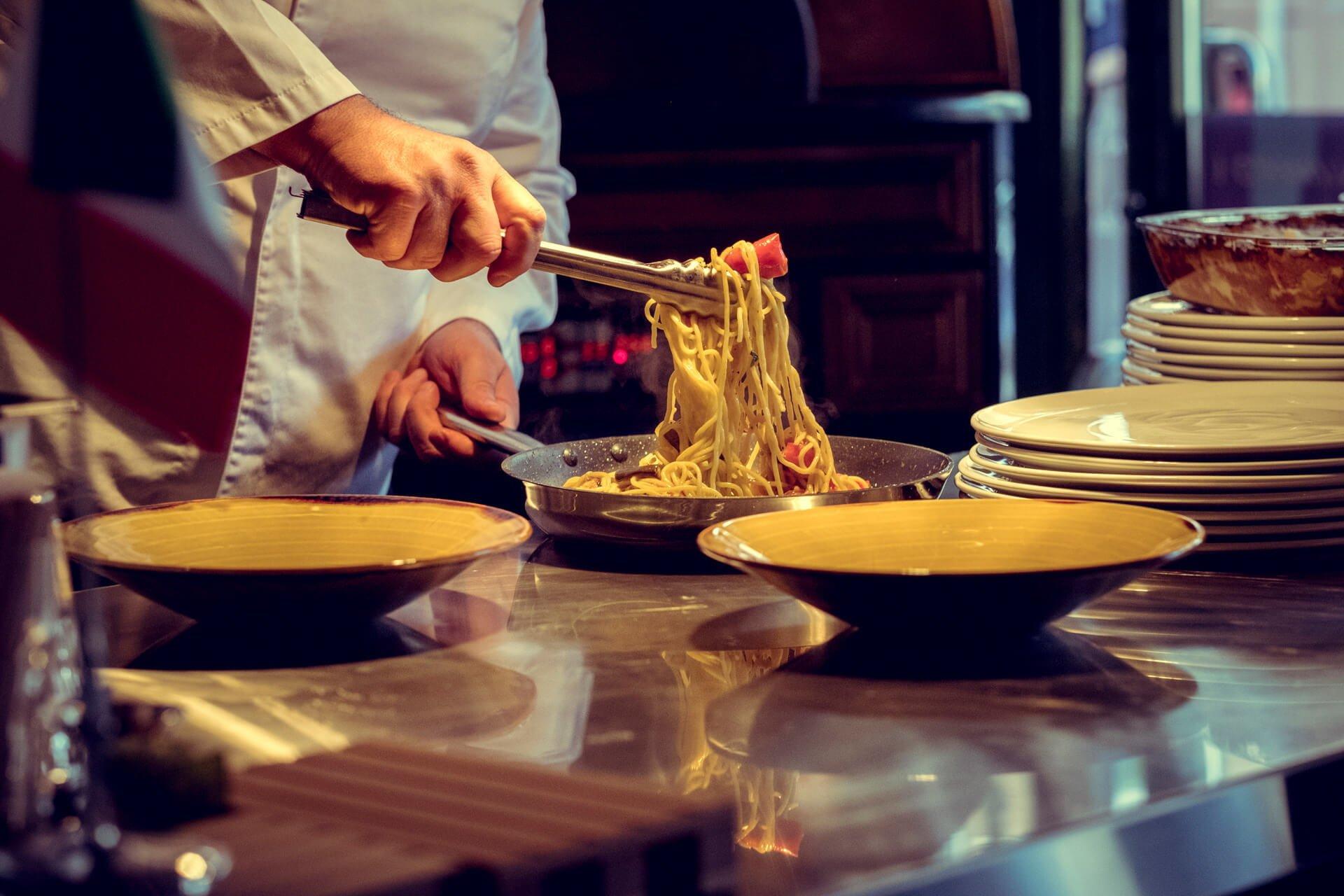 Kokk som lager matrett med pasta