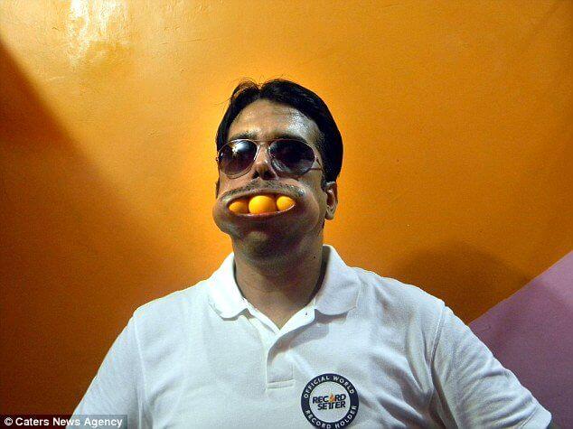 Dinesh Upadhyaya er verdensmester i appelsinspising
