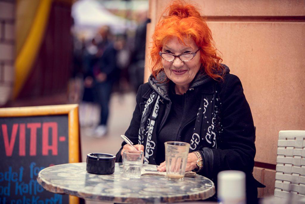 Glade Dager på Grønlands Torg. Bilde av dame ved kafebord