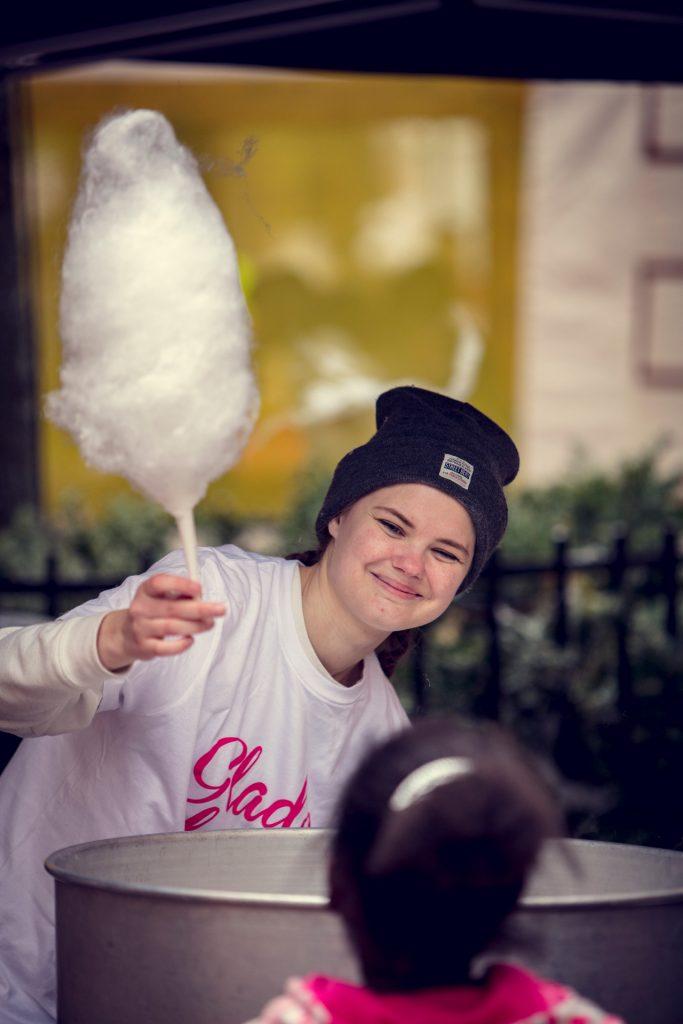 Glade Dager på Grønlands Torg. Bilde av jente som serverer sukkerspinn.