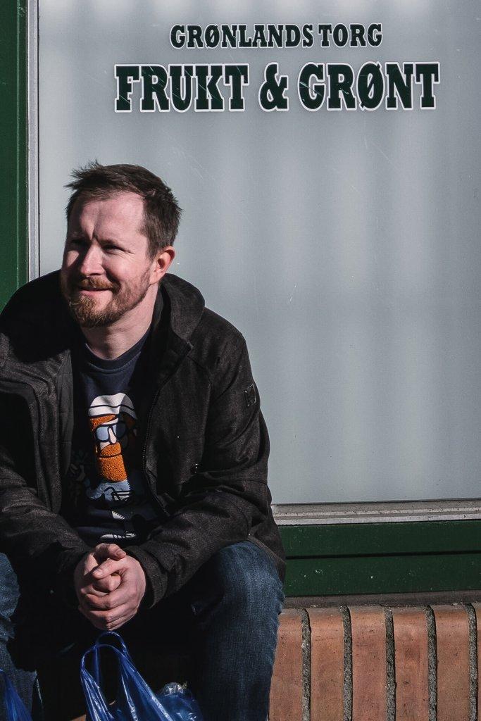 Jan Ivar Nykvist sittende foran Grønland Frukt og Grønt
