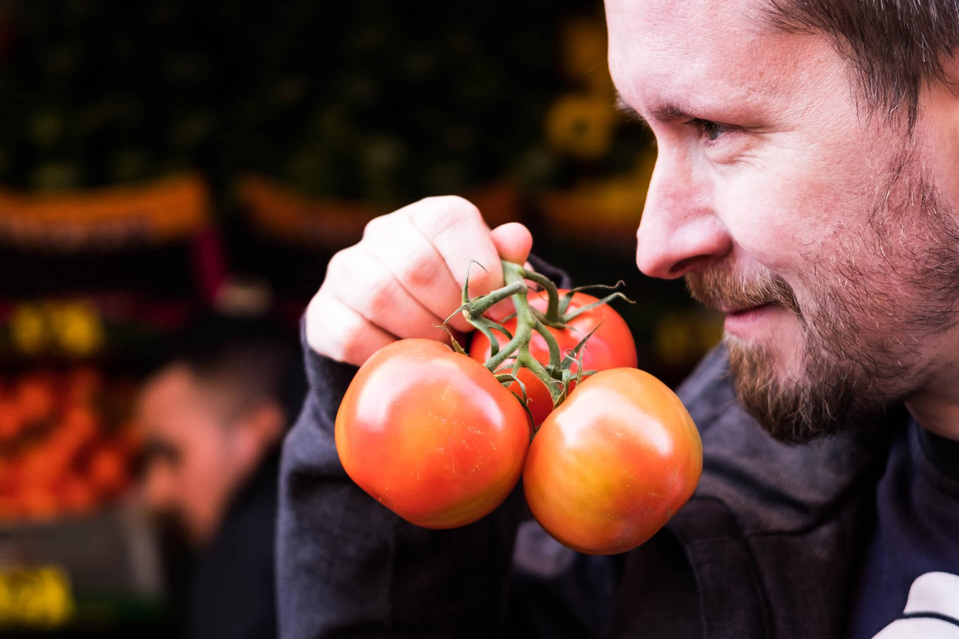 Jan Ivar Nykvist lukter på tomater